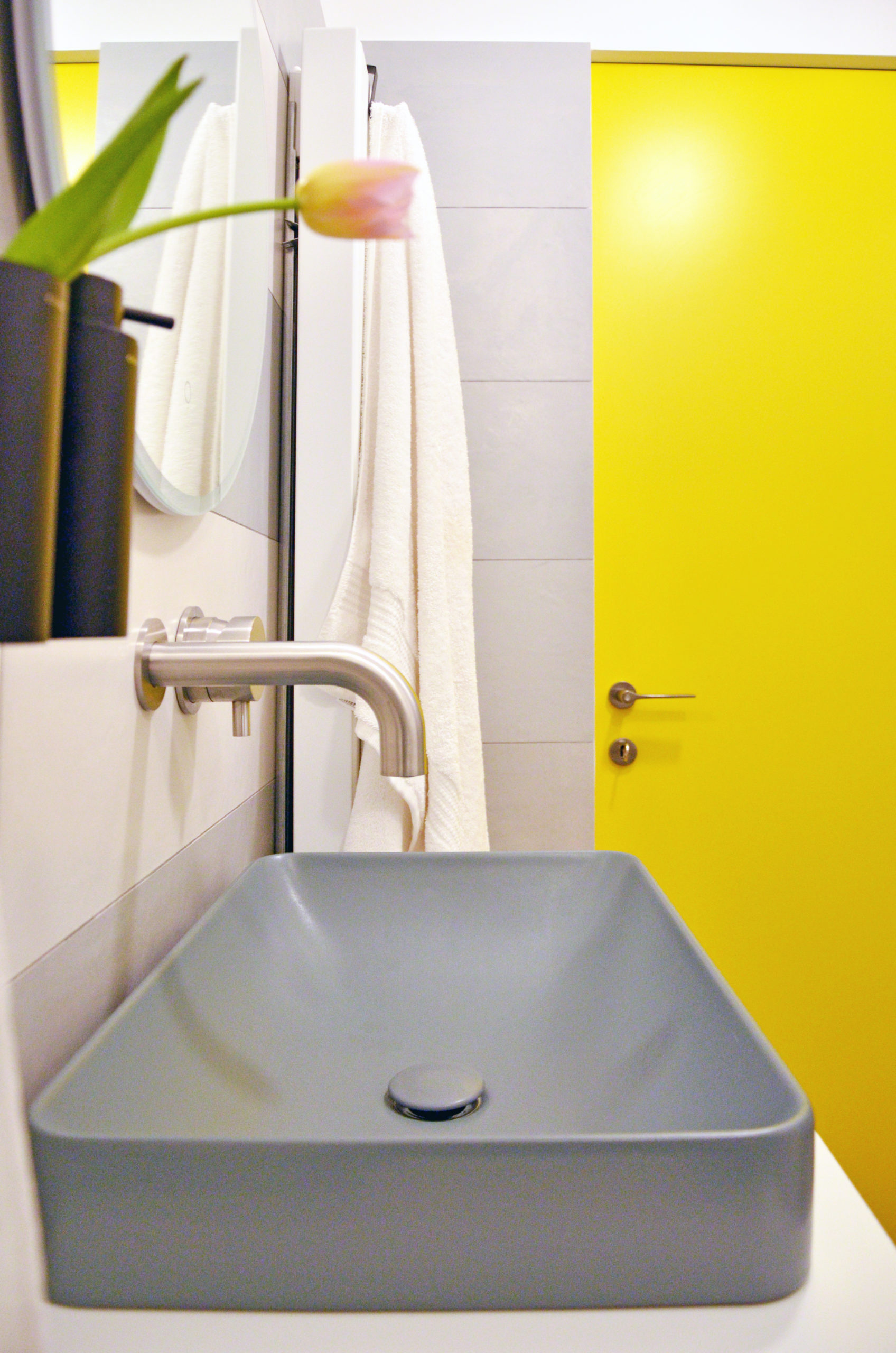 Zona lavabo progetto Design Outfit con miscelatore di Mina rubinetterie