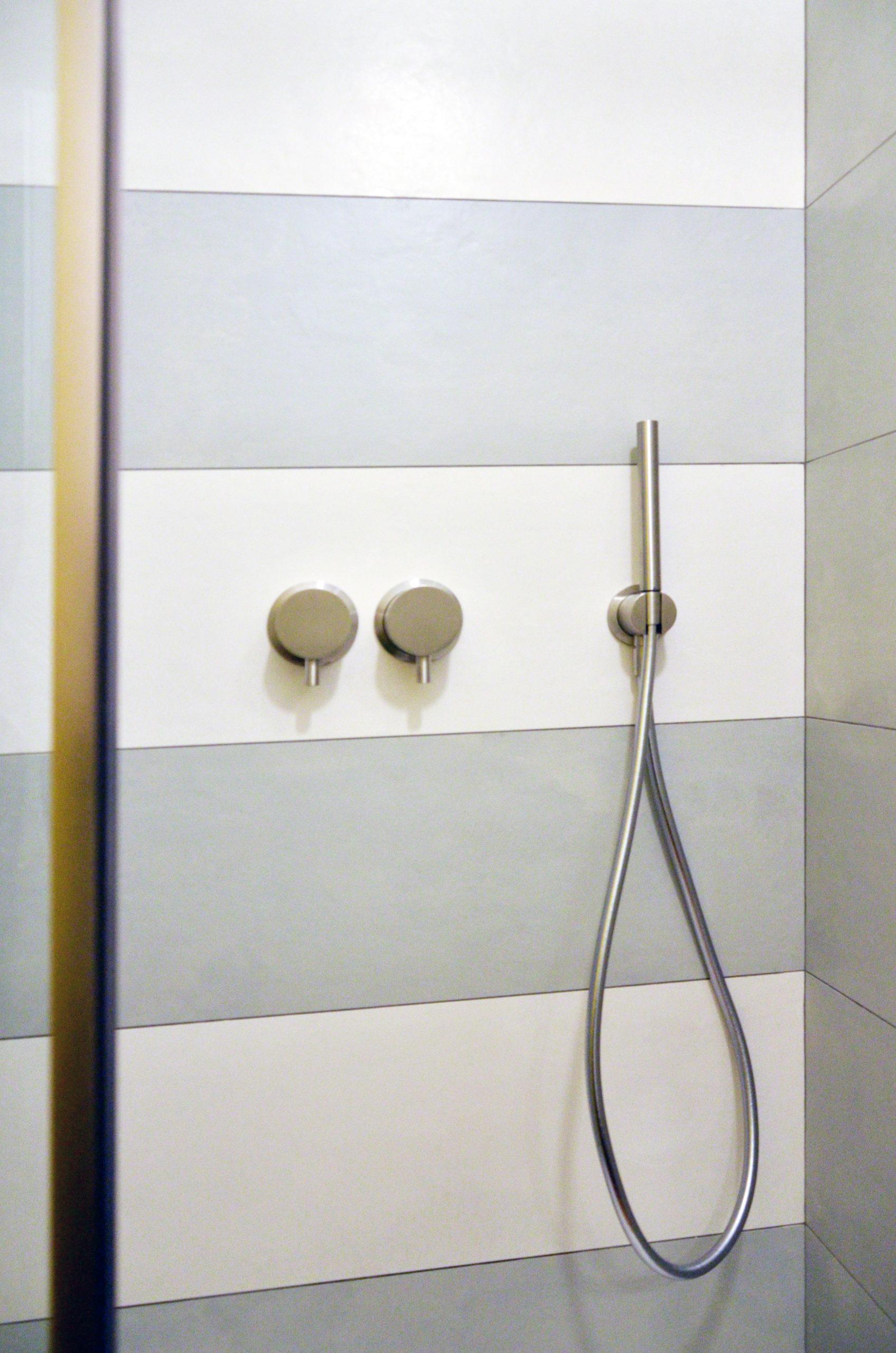 Zona doccia progetto Design Outfit con rubinetterie di Mina